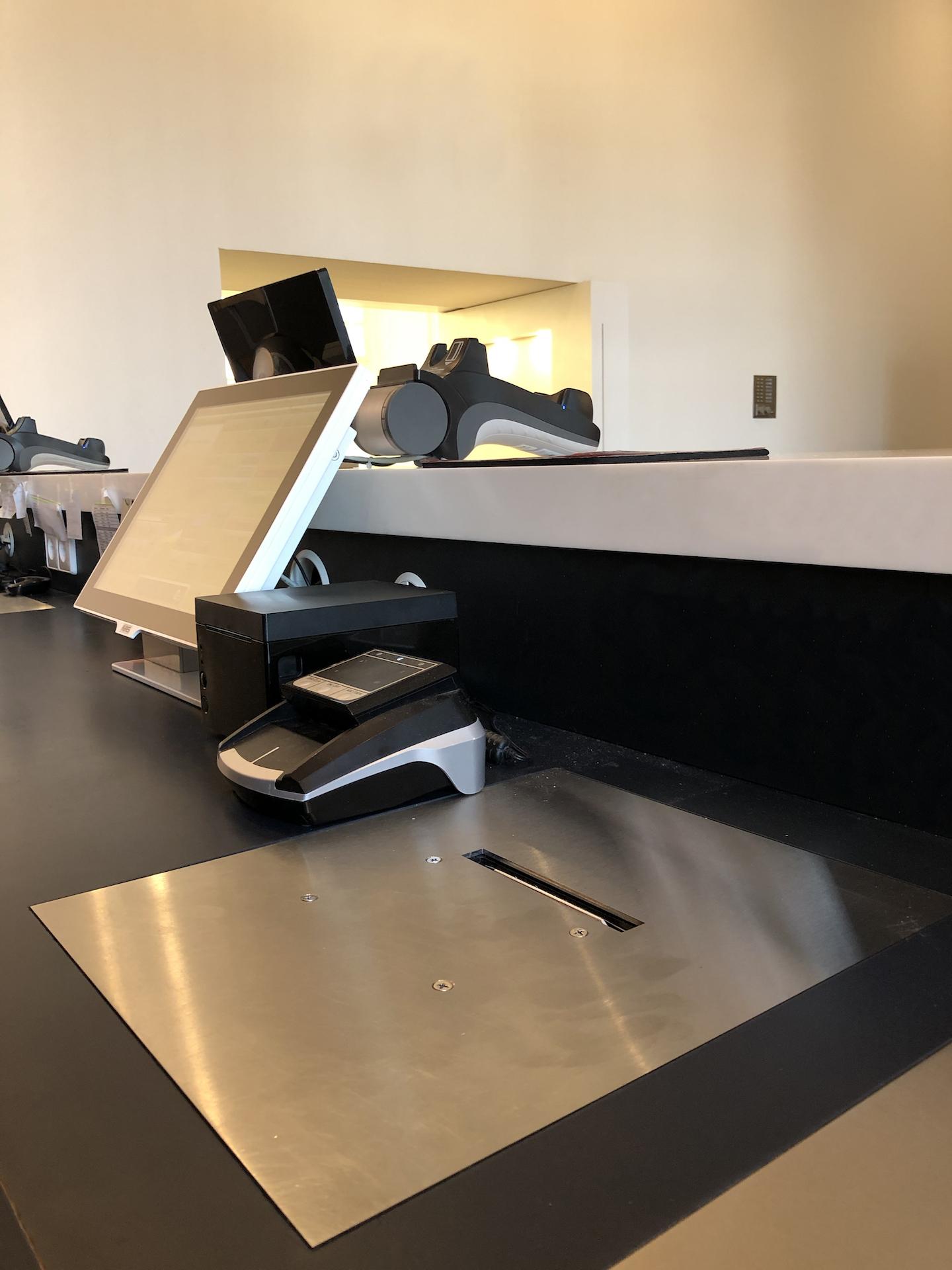 Kassenarbeitsplatz mit eingelassenem Ticketdrucker